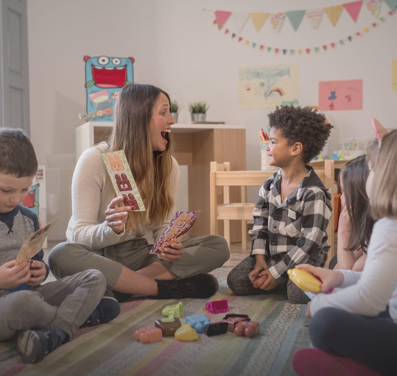 Profesora y niños jugando